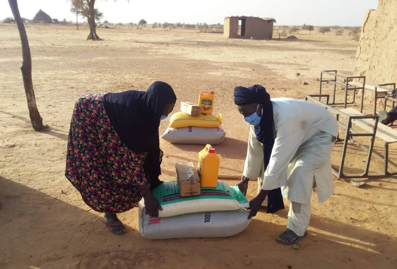 Family in Niger collecting food provided by Anti-Slavery International